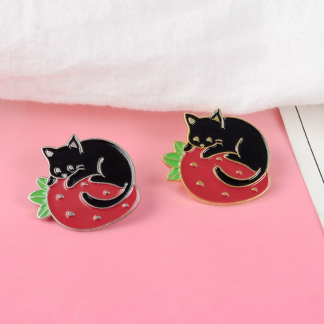 Kawaii Black cat with Strawberry Enamel Pin; Schwarze Katze und Erdbeere Rosa