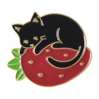 Kawaii Black cat with Strawberry Enamel Pin; Schwarze Katze und Erdbeere